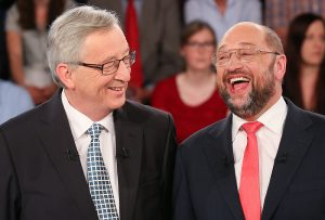 """Jean-Claude Juncker (r) und Martin Schulz, Spitzenkandidaten f¸r das Amt des Kommissionspr‰sidenten der EU scherzen am 20.05.2014 in Hamburg in einem Fernsehstudio vor der Ausstrahlung der Sendung """"Wahlarena"""" miteinander. Die Kandidaten treffen sich zu einem Fernsehduell vor der Europawahl am 25. Mai 2014. Foto: Axel Heimken/dpa +++(c) dpa - Bildfunk+++"""