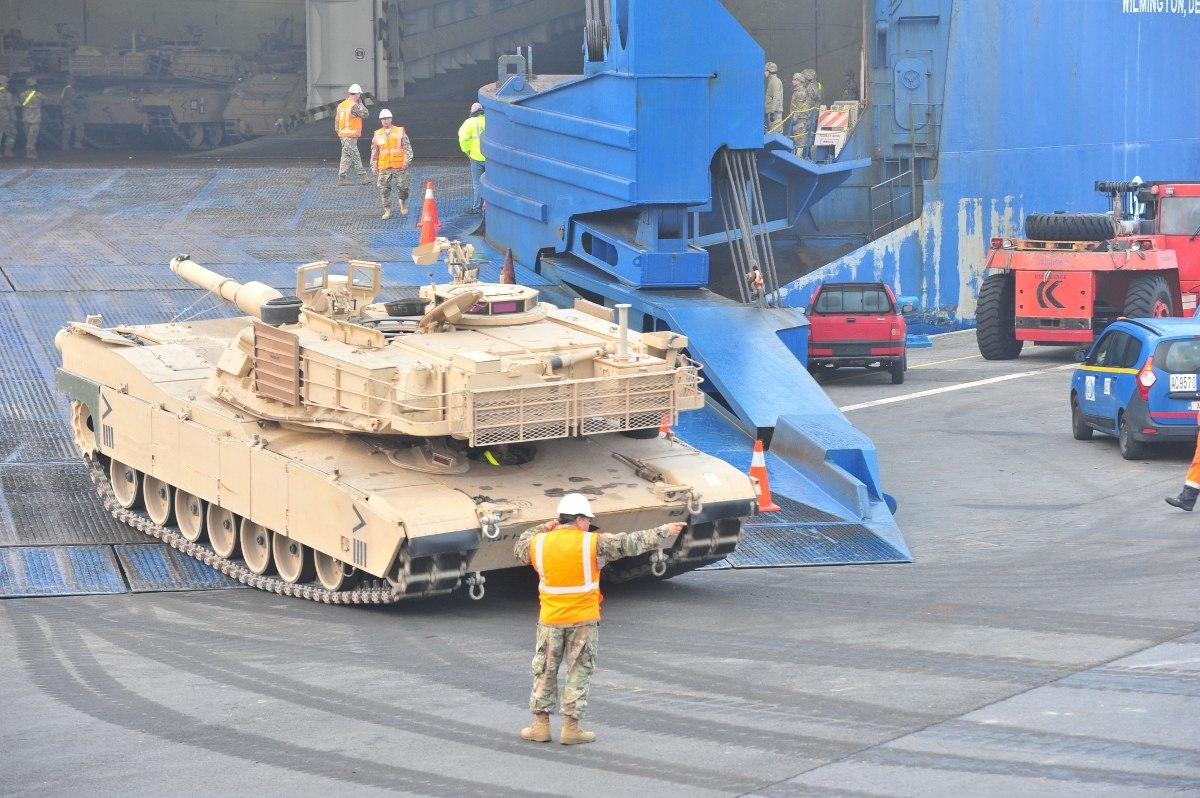 Amerikai tankok és csapatok áramlanak Európába